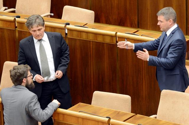 Na snímke vpravo predseda NR SR Peter Pellegrini (Smer-SD) a poslanci, uprostred Ľubomír Petrák (Smer-SD) a vľavo Martin Poliačik (OĽaNO)
