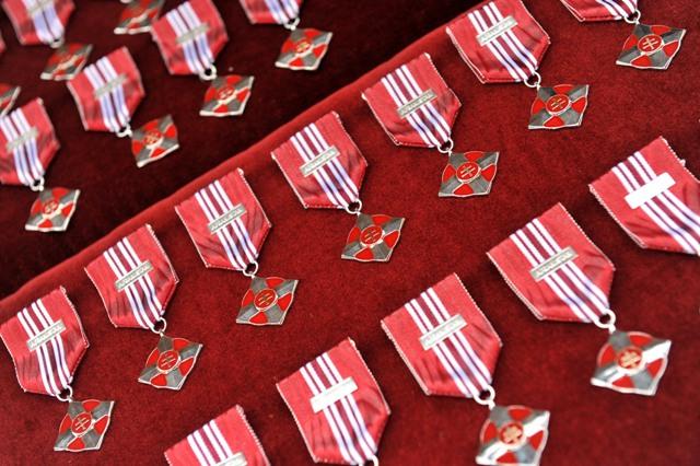 Na snímke medaily za účasť v misii