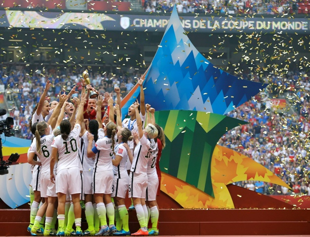 Na snímke americké futbalistky sa tešia po zisku zlatých medailí na MS žien vo futbale vo Vancouveri