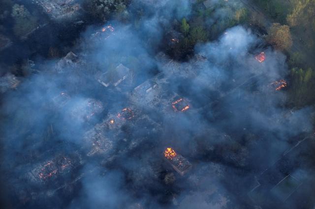 Požiar zachvátil oputenú dedinu v zakázanej zóne okolo havarovanej jadrovej elektrárne v Černobyli v utorok 28. apríla 2015