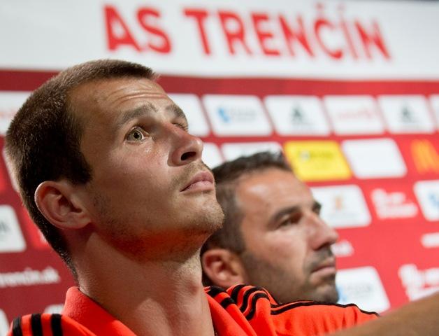 Na snímke vpravo tréner mužstva Martin Ševela, vľavo kapitán Peter Kleščík