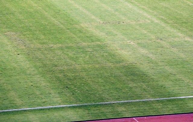 Na snímke pohľad na trávnik s hákovým krížom po zápase 6. kola kvalifikácie EURO 2016 H-skupiny Chorvátsko - Taliansko v Splite