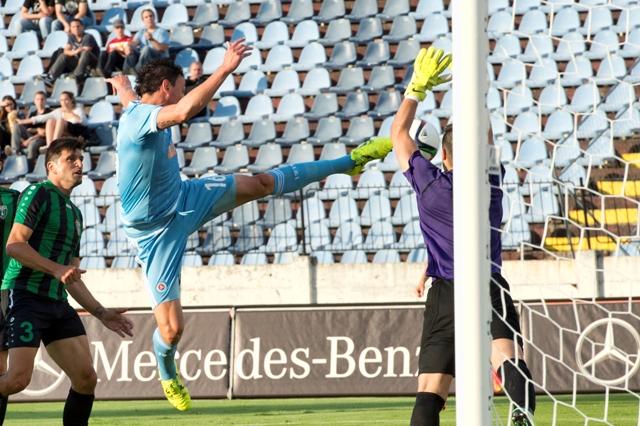 Na snímke vľavo v popredí Nicolas Gorosito (Slovan) strieľa gól na 1:0