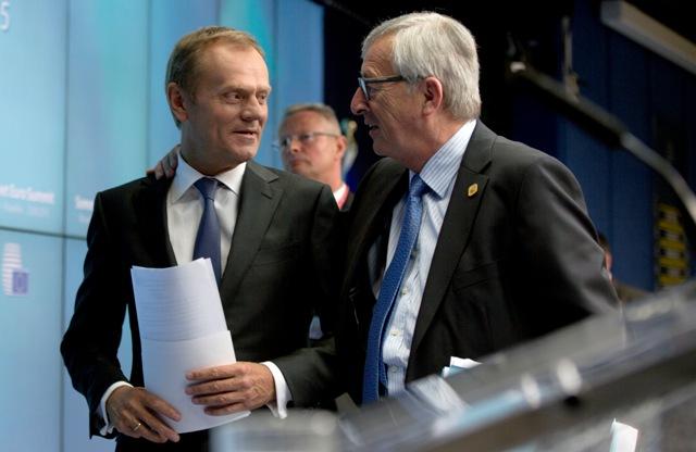 Na snímke predseda Európskej komisie Jean-Claude Juncker (vpravo) a predseda Európskej rady Donald Tusk (vľavo)