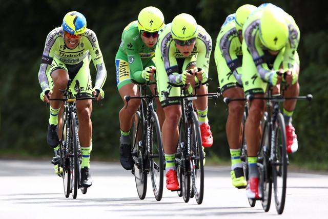 Na snímke Španiel Alberto Contador (prvý zľava) a slovenský cyklista Peter Sagan v zelenom drese bodovacej súťaže (druhý zľava) s kolegami z tímu Tinkoff-Saxo počas deviatej etapy