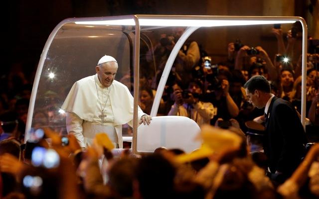 Na snímke pápež František zdraví veriacich počas príchodu na slávnostnú svätú omšu, ktorú bude celebrovať v Metropolitnej katedrále v paraguajskom meste Asunción