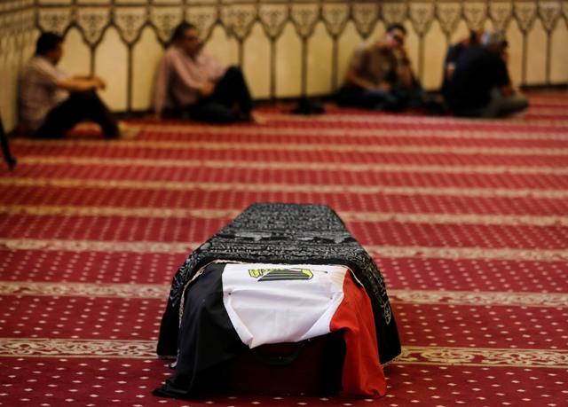 Na snímke smútiaci sa modlia nad rakvou s telom mŕtveho egyptského herca Omara Sharifa v mešity Hussein Tantawi v Káhire