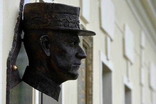 Na snímke busta na rodnom dome generála Milana Rastislava Štefánika