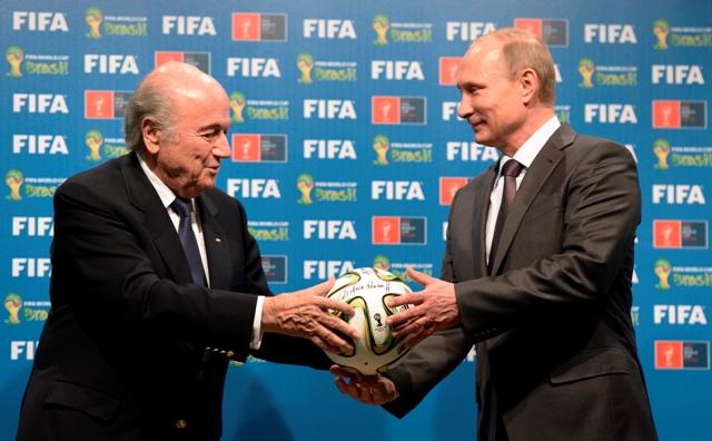 Na snímke vpravo prezident Ruskej federácie Vladimir Putin a prezident FIFA Sepp Blatter
