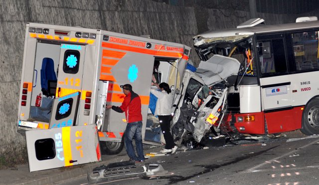 Na snímke nehoda zo 14. októbra 2010 zrazili autobus, sanitka a osobné auto