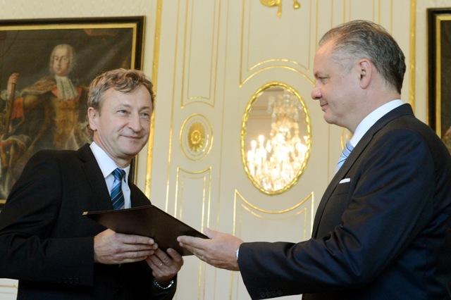 Na snímke prezident SR Andrej Kiska (vpravo) a novovymenovaný člen Správnej rad Ústavu pamäti národa Slavomír Michálek
