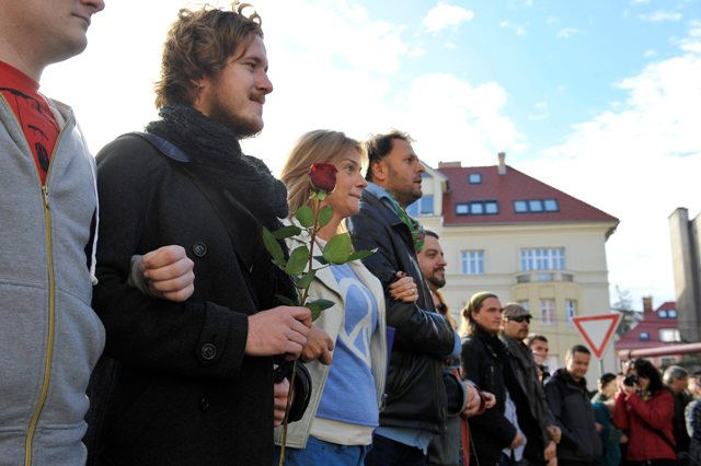 Snímka z pochodu Spoločne za slušný a bezpečný život. Druhý zľava ľavicový extrémista Róbert Mihály, tretia zľava europoslankyňa Monika Flašíková-Beňová, piaty zľava Eduard Chmelár