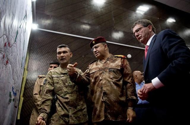 Na snímke americký minister obrany Ash Carter (vpravo) v Bagdade