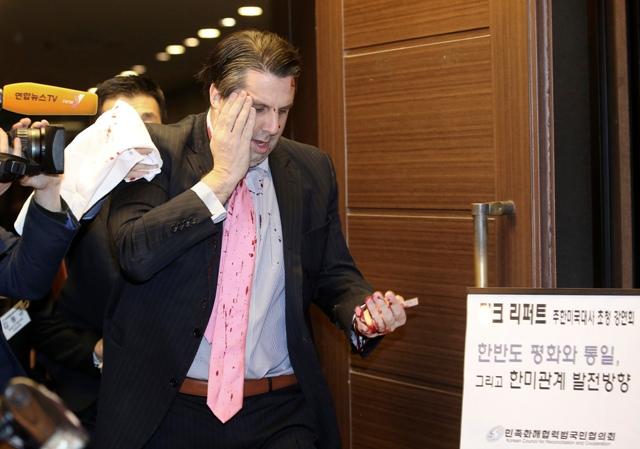 Na snímke americký veľvyslanec v Južnej Kórei Mark Lippert