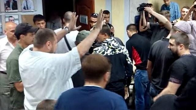 Sloboda slova po ukrajinsky: Poslanci Najvyššej rady zbili novinára priamo počas tlačovky a vyhodili ho von