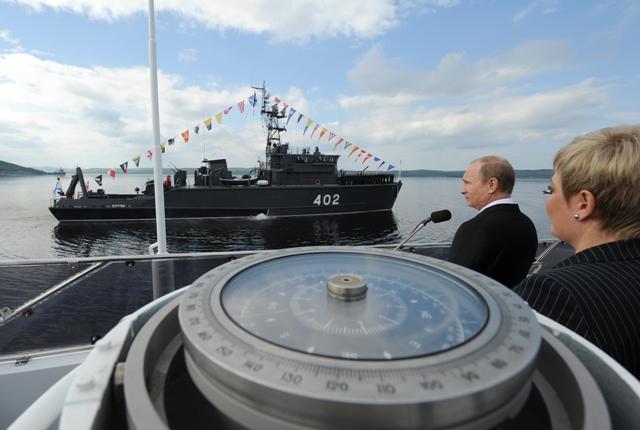 Na snímke ruský prezident Vladimir Putin (druhý sprava)