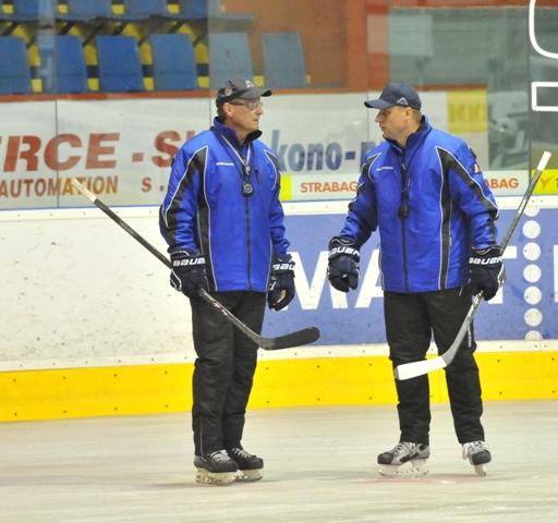 Na snímke nová trénerska dvojica MHC Mountfield Martin Ivan Dornič (vpravo) a asistent Ján Galamboš (vľavo)