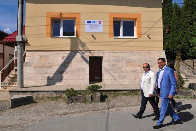 Na snímke splnomocnenec vlády pre rómske komunity Peter Pollák (vpravo) a starosta obce  Jarovnice Florián Giňa prechádzajú okolo novootvoreného komunitného centra pre Rómov v obci Bystrany