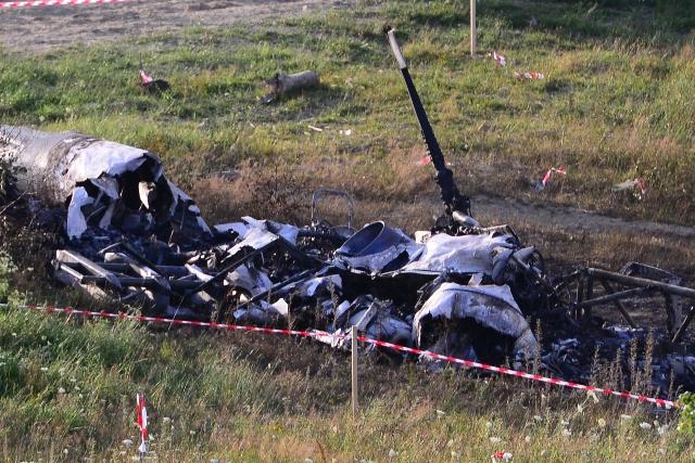 Na snímke vrak havarovaného vojenského vrtuľníka, ktorý sa zrútil pri obci Hradisko v okrese Prešov