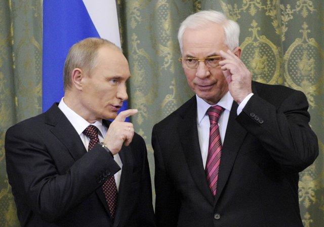Na snímke ruský prezident  Vladimír Putin (vľavo) a ukrajinský expremiér Mykola Azarov