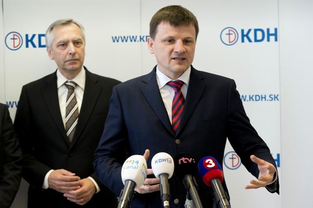 Na snímke vľavo predseda KDH Ján Figeľ a vpravo predseda strany Občania Alojz Hlina
