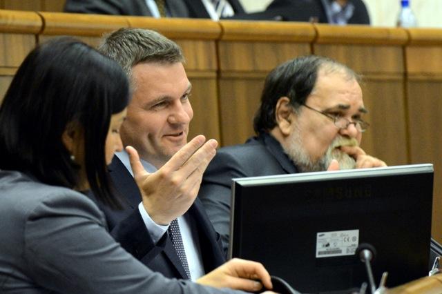 Na snímke predseda NR SR Peter Pellegrini - Smer-SD (druhý sprava) a podpredseda NR SR Miroslav Číž - Smer-SD (prvý sprava)