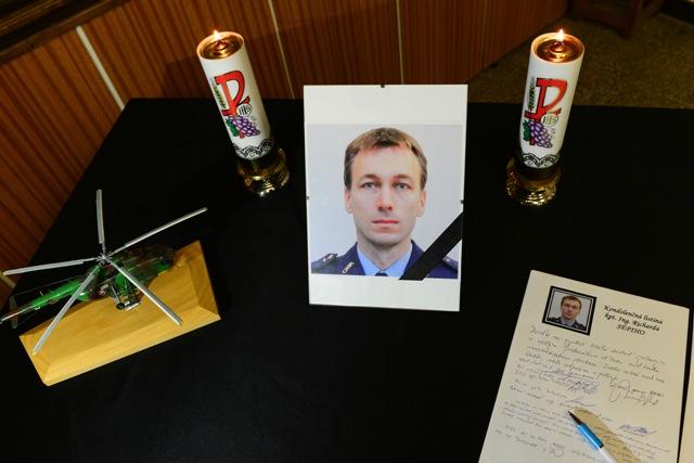 Na snímke kondolenčná listina kapitána Richarda Sépiho