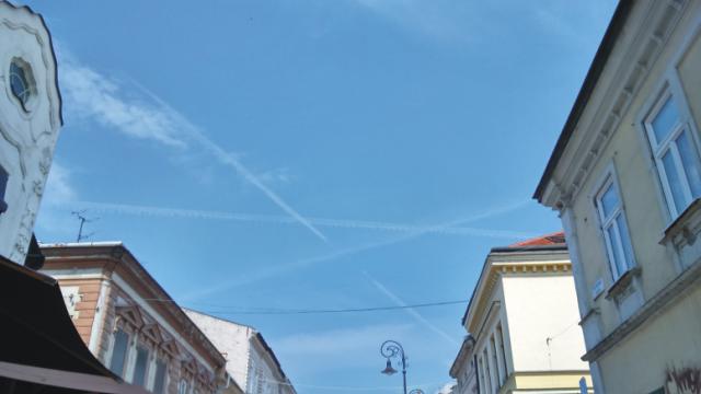 Fotografia z oblohy nad Košicami z 1. 7. 2015 urobená poobede okolo 15:30 zachytáva pre tento jav typický tvar hviezdy