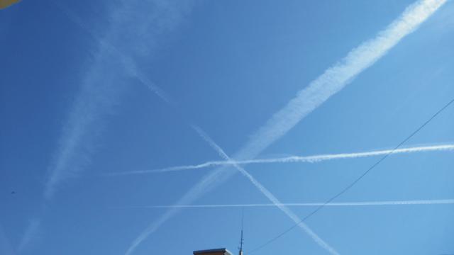 """Práve vznikajúce kondenzačné stopy z dnešného rána. Lietadlo ich """"kreslí"""" v tvare hviezdy"""