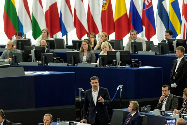 Na snímke grécky premiér Alexis Tsipras (uprostred) hovorí o gréckej kríze pred poslancami Európskeho parlamentu v Štrasburgu