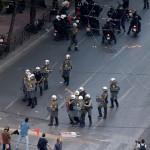 Na snímke príslušníci gréckych poriadkových síl zatýkajú demonštrantov počas zrážok na zhromaždení proti reformám a úsporným opatreniam, ktoré požadujú veritelia