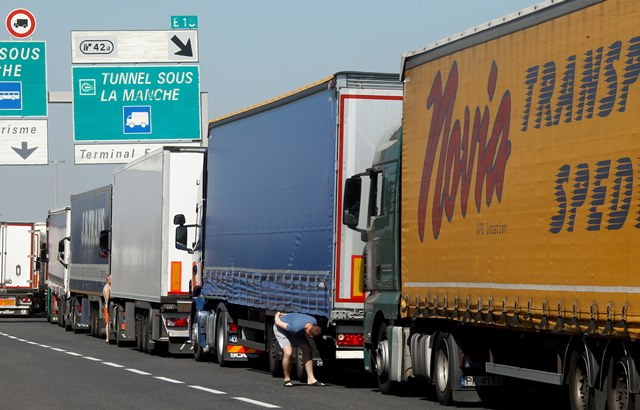 Na snímke kamióny uviazli v dopravnej zápche na diaľnici vedúcej do tunela pod Lamanšským prielivom vo francúzskom meste Calais