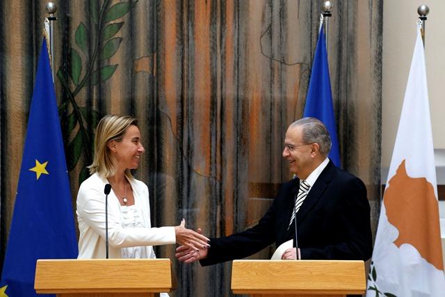 Na snímke vľavo vysoká predstaviteľka EÚ pre zahraničné veci Federica Mogheriniová a cyperský minister zahraničných vecí Ioannis Kasoulides