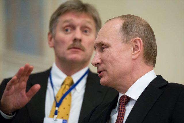 Na snímke ruský prezident Vladimír Putin a hovorca Kremľa Dmitrij Peskov