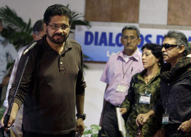 Na snímke vyjednávač povstalcov Ivan Márquez (vľavo) pred interview s novinármi v Havane