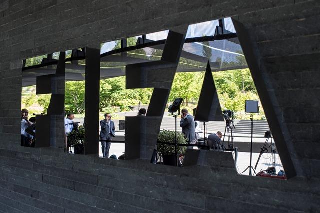 Na snímke novinári čakajú pred sídlom Medzinárodnej futbalovej federácie (FIFA) v Zürichu počas zasadnutia exekutívy FIFA, ktorá má rozhodnúť o dátume novej voľby prezidenta organizácie