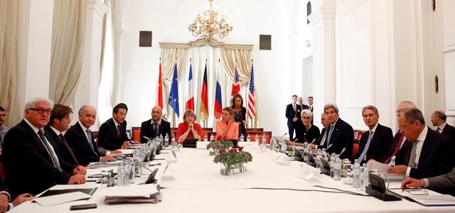 Na snímke ministri zahraničných vecí zľava Nemecka Frank-Walter Steinmeier, Francúzska Laurent Fabius, Číny Wang I, EÚ Federica Mogheriniová (v strede) a sprava Ruska Sergej Lavrov, Veľkej Británie Philip Hammond a USA John Kerry počas rokovania o iránskych rozhovoroch v hoteli Palais Coburg, kde sa za zatvorenými dverami konajú nukleárne rozhovory s Iránom,