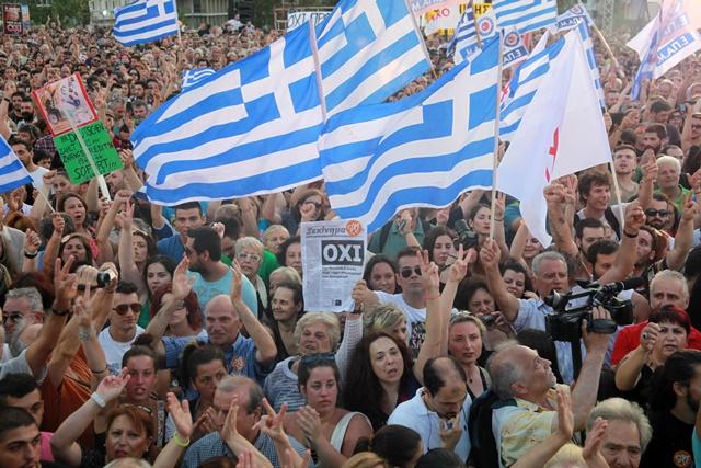 Na snímke grécki demonštranti skandujú na zhromaždení proti reformám a úsporným opatreniam