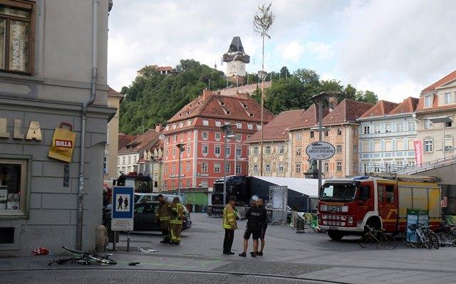 Na snímke hasiči a policajti stoja pri zničenom bicykli na mieste nehody, kde vodič terénneho vozidla vrazil do davu ľudí v centre Grazu na juhu Rakúska