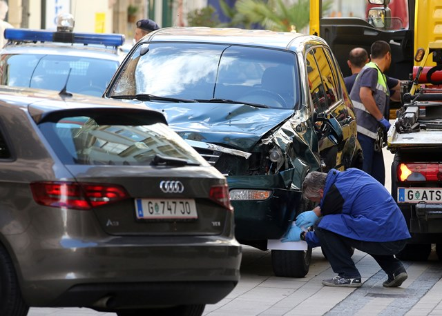 Na snímke polícia kontroluje terénne vozidlo, ktorého vodič vrazil do davu ľudí na mieste nehody v centre Grazu