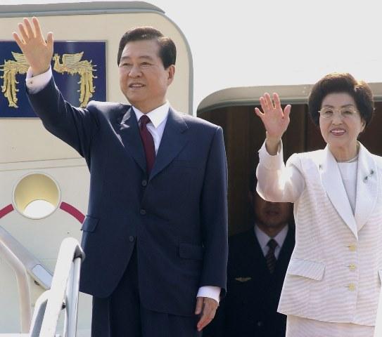 Na snímke z roku 2000 zosnulý juhokórejský prezident Kim Te-džung a jeho manželka Li Hi-ho