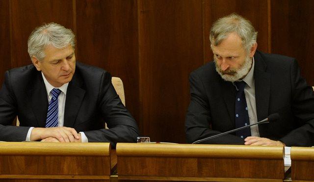 Na snímke poslanci vľavo Ján Hudacký  (KDH) a vpravo Mikuláš Huba (OĽano)