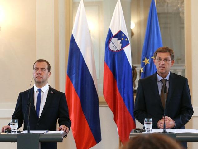 Na snímke ruský premiér Dmitrij Medvedev (vľavo) a slovinský premiér Miro Cerar