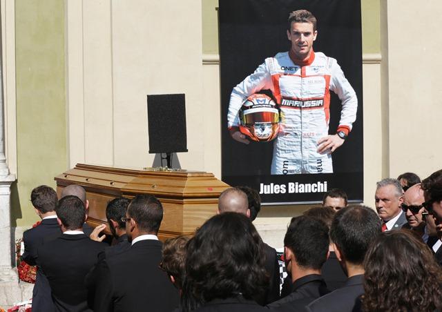 Na snímke muži nesú rakvu s pozostatkami francúzskeho jazdca formuly 1 Julesa Bianchiho zo stajne Marussia do katedrály počas pohrebu v Nice