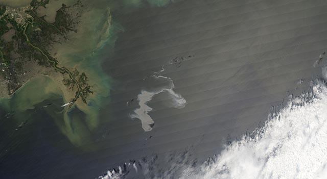 Ropná škrvna na satelitnej snímke z 25. apríla 2010. Zdroj: Wikipedia