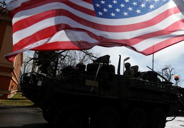 Na snímke  americká zástava veje počas príchodu konvoja americkej armády do Prahy