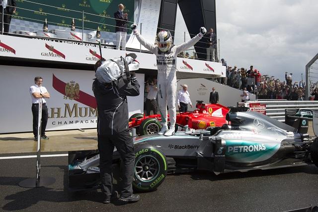 Na snímke  britský pilot formuly 1 Lewis Hamilton oslavuje stojac na svojom monoposte Mercedes