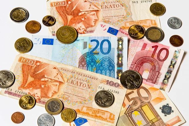 Na snímke  drachmy  - stará grécka peňažná mena a  eurové bankovky a mince
