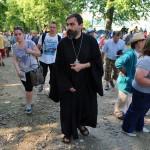 Na snímke kňaz stúpa na Mariánsku horu