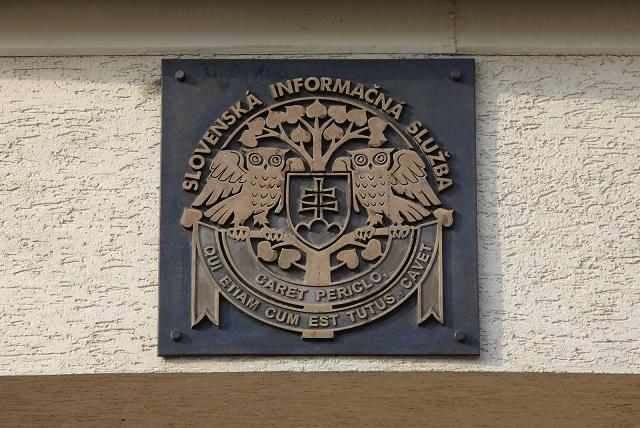 Na snímke tabuľa na budove SIS v Bratislave